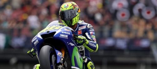 Valentino Rossi impenna davanti al suo pubblico