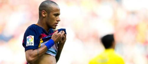 Mesmo com polêmicas, Neymar continua jogando bem.