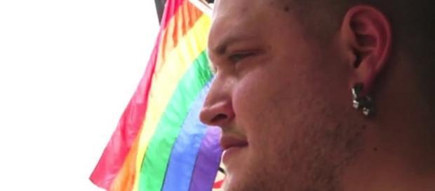 Rapaz fingiu ser gay por um ano