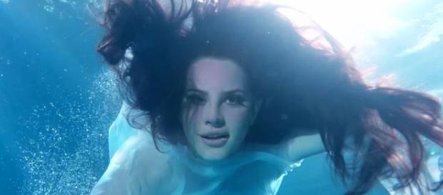 Respire fundo e mergulhe no novo clipe de Lana