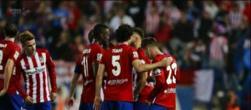 Jugadores del Atlético celebran el gol