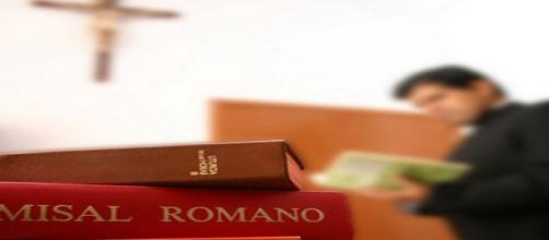 Cura con misal romano y crucifijo. Flickr