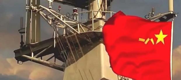 Nad chińskimi okrętami powiewa wojenna bandera.