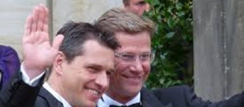Una coppia omosessuale festeggia la sua unione