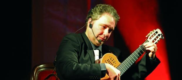 Il Maestro Francesco Buzzurro e la sua chitarra