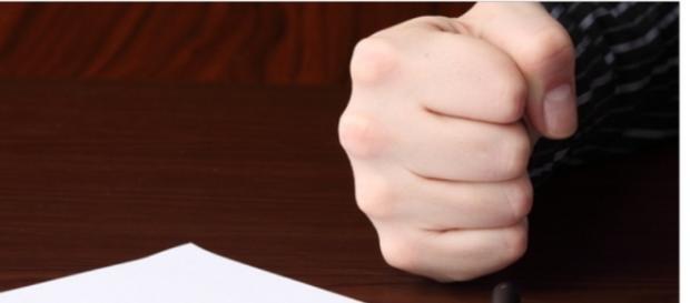 Il pugno sul tavolo ,segnale di violenza