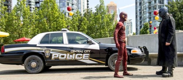 The Flash 2x01 Barry Allen vs Atom Smasher