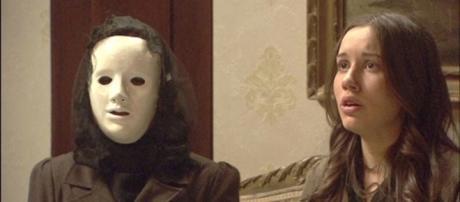 Jacinta giunge da Aurora in maschera
