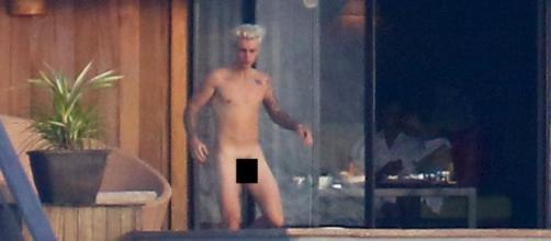 Justin Bieber foi fotografado completamente nu.