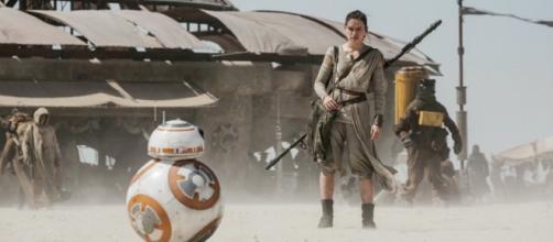 Rey(Daisy Ridley) y BB-8 en el rodaje de Star Wars