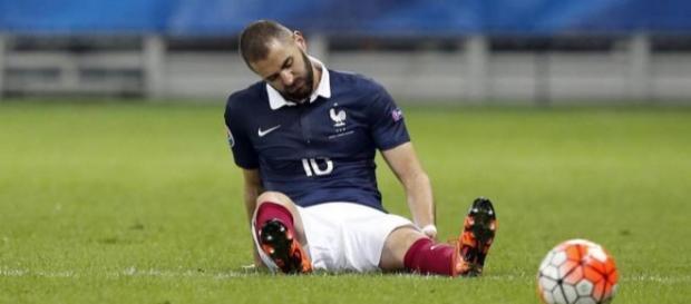 Benzemá en terreno de juego tras la lesión/AFP