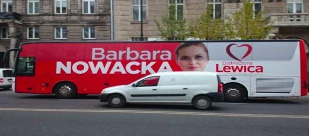Czerwony autobus, którym podróżuje B. Nowacka