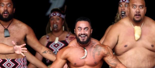 Dançarinos maoris realizam tradicional Haka