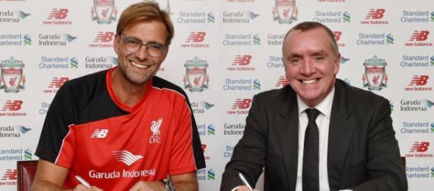 Jürgen Klopp firmando el contrato