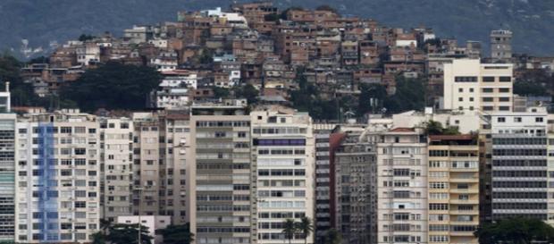 Ao fundo uma das favelas do Rio de Janeiro