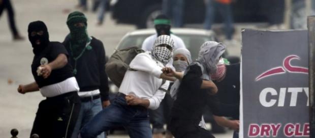 Confronto entre jovens palestinos e israelenses.
