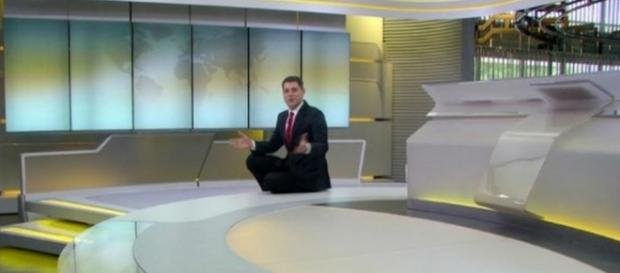 Evaristo Costa apresenta 'Jornal Hoje' sentado