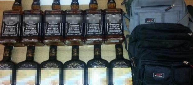 Le bottiglie di liquore sotto sequestro