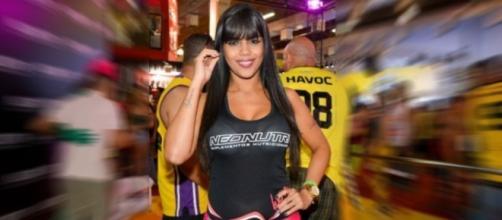 Dançarina do Faro usa micro short em evento