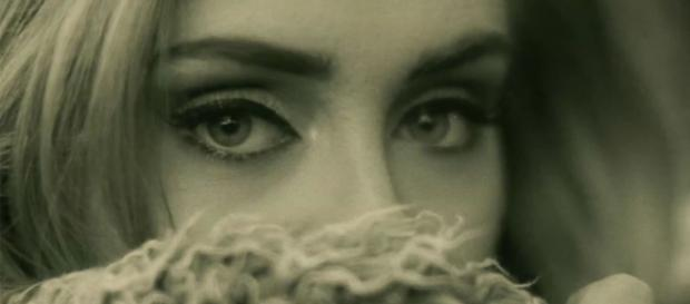 A cantora Adele lança vídeo da música Hello