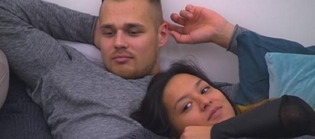 Big Brother-Bewohner Christian und Maria schmusen.
