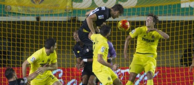 Llorente remata un balón |Imagen: Sevilla FC