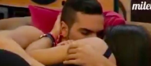 Suso y Raquel besándose en GH 16