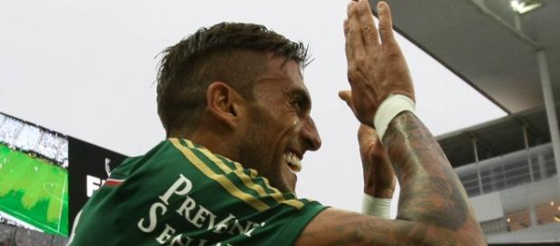 Rafael Marques comemora gol na arena Corinthians
