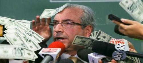 """Cunha foi alvo de """"chuva de dólar"""" em protesto"""