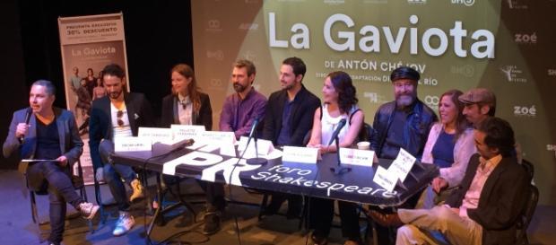 El elenco, director y productor en conferencia.