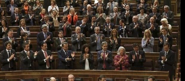 La bancada popular aplaudiendo a Rajoy
