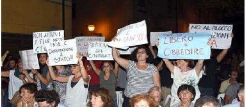 Gruppo di studenti e insegnanti in protesta