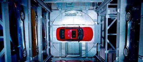 Una torre di vetro che distribuisce automobili