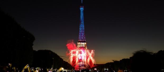 La Tour Eiffel è stata spenta in segno di lutto.