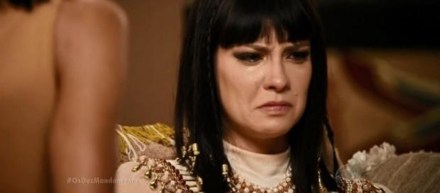 'Rainha Nefertari' tira tudo e fica sem roupa