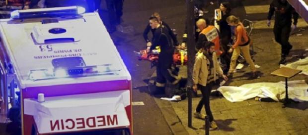 Evacuación de heridos y muertos en Bataclan.
