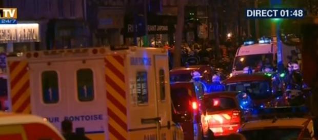 Il corteo di polizia scorta il presidente Hollande