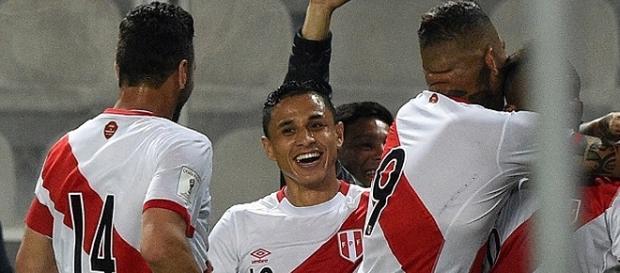 Peruanos comemoram gol contra o Paraguai