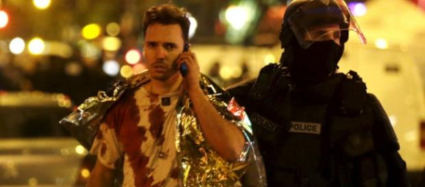 Policia ao lado de sobrevivente do Bataclan