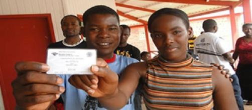 Haitianos com documentos do Ministério do Trabalho