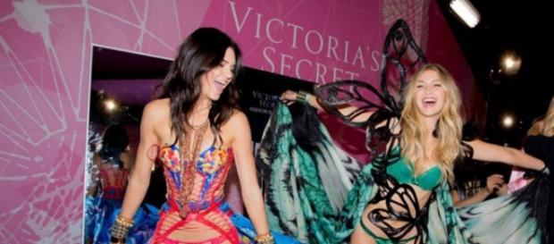 Gigi Hadid y Kendall Jenner en el backstage