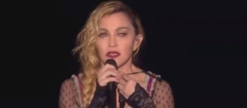 Madonna reza por los muertos de París