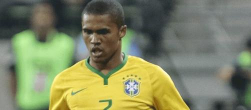 Douglas Costa marca para o Brasil.