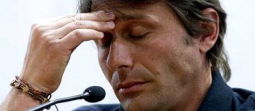 Antonio Conte pensieroso durante conferenza stampa