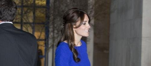 Kate Middleton bellissima in abito blu