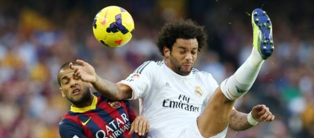 Dani Alves y Marcelo pugnan por un balón