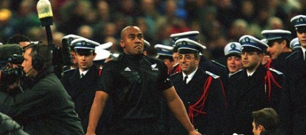 Jonah Lomu celebra un triunfo con Nueva Zelanda
