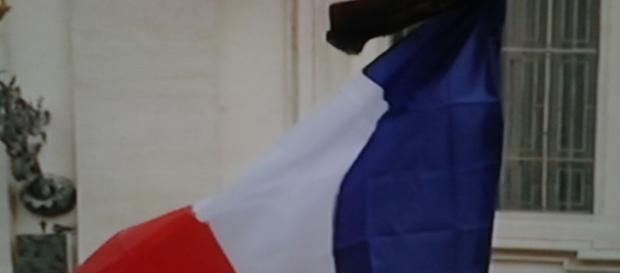 La bandiera francese vestita di lutto.