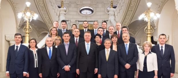 Președintele în mijlocul miniștrilor noului guvern