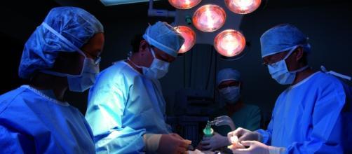 Equipa médica a realizar um transplante